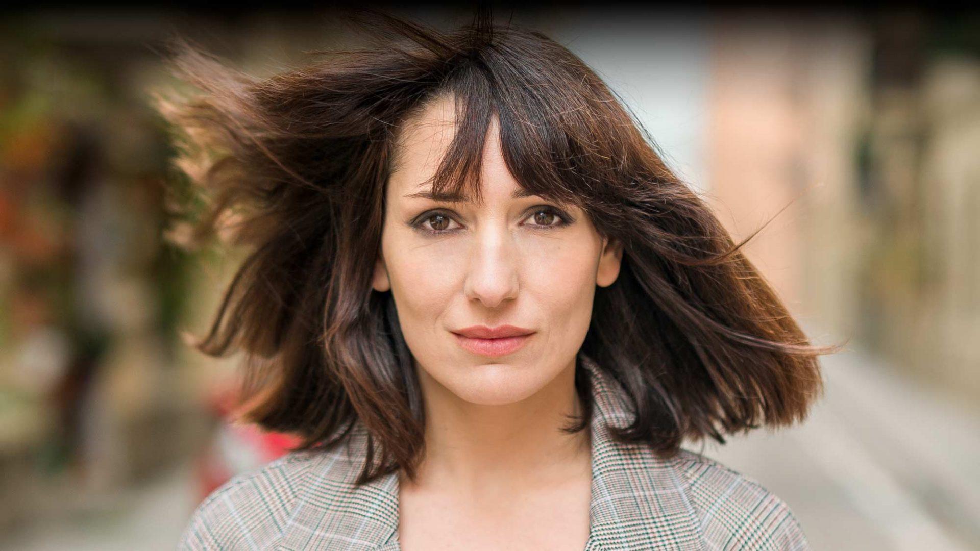 Primer plano en las calles de Barcelona de la actriz profesional de cine Jessica Hernández