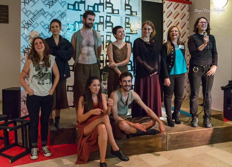 Compañía Tranpola en el fotocall después de la obra No solo Yerma en el Teatro de Mora Toledo