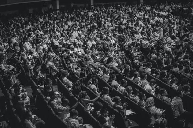 Platea de un teatro llena de gente