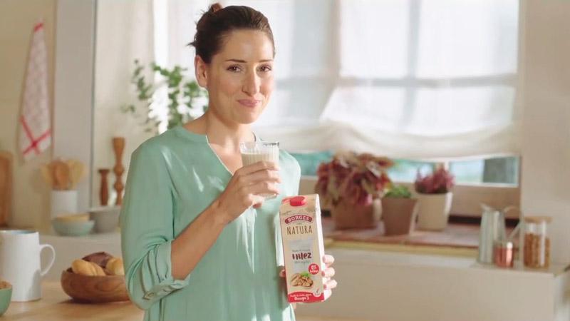 Frame del anuncio de leche de nueces Borges con Jessica Hernández